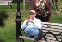 Mannen blir skremt av robotdinosauren
