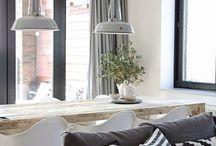 Stijlbord: Scandinavisch interieur / Een Scandinavisch interieur is een modern landelijk interieur dat je herkent aan: ranke meubels, lichte houtsoorten, lichte (pastel)kleuren gecombineerd met zwart en wit, eenvoudige meubelontwerpen en een rustige, moderne uitstraling.