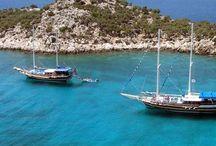 Kaş Otelde Mavi Yolculuk / :Deniz turları günümüzde en popüler tatil şekillerinden birisi olarak Kaş otelleri tüm deniz sevenlerin tercihi olmuştur.Teknolojik gelişmelere paralel,gelişim gösteren ahşap gulet teknelerimiz her türlü konfora sahip birer yüzen butik otel haline gelmiş ve misafirlerimize hizmet vermektedir.