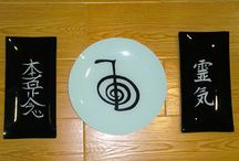Platos decorados con simbología oriental / Platos de cristal decorados con simbología oriental http://regaloselisa.blogspot.com.es/2015/03/platos-decorados-con-simbologia-oriental.html