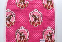 Slabbetjes voor meisjes / Voor alle hippe, schattige en lieve meisjes heeft Sollebolshop een unieke collectie gemaakt! Met speciale prints en dessins die extra leuk staan bij een meisjesachtige outfit. Ze zijn goed te combineren met de kleding van je kindje en vrolijke elke outfit op! Bovendien zijn ze gemaakt van 100% katoen en gevoerd waardoor ze de kleding van je kindje goed beschermen tegen vlekken.