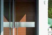 Oikos - Inbraakwerende Taatsdeuren / Synua is Italiaanse pivoterende veiligheidsdeur die geschikt is voor grote deuropeningen van 2,2 meter breed tot wel 3 meter hoog. De deuren zijn ontworpen door Adriani&Rossi.