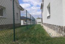 Pletivo v radovej zástavbe v Hrubej Borši / Tento plot sme robili už pre niekoľko stavieb, ktoré vyrástli pri golfovom areáli v Hrubej Borši. Tento plot bol zaujímavý tým, že končil až takmer vo vode.