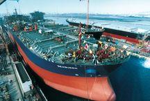 Ο Δρόμος προς τον Νέο Αιώνα - Sailing towards a New Century (1991-2000) / Η βαθιά και παρατεταμένη κρίση της προηγούμενης δεκαετίας είχε συνέπειες που ίσως μόνο ένας παγκόσμιος πόλεμος θα μπορούσε να επιφέρει. Πολλοί ισχυροί ναυτιλιακοί όμιλοι δεν άντεξαν και υποχρεώθηκαν να διακόψουν τις εργασίες τους. / The deep and prolonged crisis of the previous decade led to consequences perhaps only comparable to a world war. Many powerful shipping enterprises could not withstand the poor market and were eventually driven out of business.