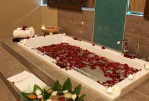 Saúde e bem-estar / As águas minerais naturais proporcionam saúde e bem-estar para o seu corpo e para a sua mente. Através de duches, banhos, massagens, saunas, tratamentos de estética ou medicinais, as termas têm uma variada oferta de tratamentos terapêuticos e de bem estar.