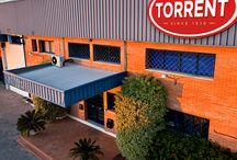 Plantas de Producción / En la actualidad, más de 12.000 metros cuadrados albergan nuestras plantas de producción de cierres de aluminio y plástico. Su localización en Cádiz, al Sur de Europa, favorece la distribución de nuestros tapones a nivel internacional.