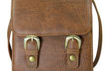 Túi đeo chéo Paco thương hiệu Lee&Tee / Túi đeo chéo PACO với kiểu dáng nhỏ nhắn nhưng rất chắc chắn với thiết kế dạng form cứng.