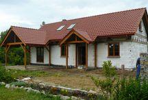 Projekt domu Szczygieł / Projekt domu Szczygieł to domek jednorodzinny parterowy, z poddaszem użytkowym. Dom Szczygieł może służyć jako dom jednorodzinny całoroczny, jak również jako budynek letniskowy. Prostokątna bryła została przekryta dwuspadowym dachem poddasza.