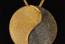 Gioielli Sardi / Una raccolta delle magnifiche creazioni in filigrana in oro e argento, corallo e preziosi tipici della lavorazione sarda. I gioielli dell'oreficeria sarda, straordinari tesori dalle più svariate fogge, sono strettamente legati ai costumi, alla cultura e alle tradizioni del nostro popolo.  I manufatti che decorano i preziosi abiti della tradizione sarda sono per lo più spille, collane, anelli, orecchini, bottoni e gli amuleti.