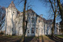 Mełgiew Podzamcze - Pałac / Pałac w Mełgiew Podzamczu powstał pod koniec XVIII wieku na fundamentach istniejącego tu od XIII wieku dworu. Pałac wybudowali Stoińscy posiadający Mełgiew od początku wieku XVIII. Obecnie mieści się w nim szkoła podstawowa.  Palace in Mełgiew Podzamcze came into existence at the end of the 18th century on foundations of the manor house existing here from the 13th century. At present a primary school is located in it.