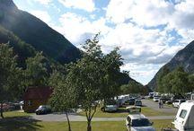 Camping Noorwegen / Een kampeervakantie op campings in Noorwegen, betekent rondreizen in een adembenemend mooi landschap! Het is een zeer uitgestrekt land, dat ongeveer negen keer zo groot is als Nederland. Het land beschikt over redelijk goede verbindingen en een uitstekende wegnummering. Ideaal voor een rondreis! De afstanden tussen de bestemmingen worden ruimschoots goedgemaakt door het natuurschoon en de vele bezienswaardigheden die je onderweg kan bezichtigen.