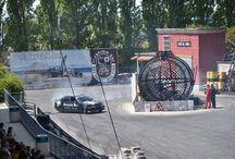 Scorpion Bay e Mirabilandia / Dal 2010 Scorpion Bay è partner di Mirabilandia, il parco divertimenti di Ravenna con attrazioni mozzafiato per tutta la famiglia. Scorpion Bay veste gli insuperabili attori stuntman dello show Scuola di Polizia, una delle principali attrazioni del parco, che intrattengono il pubblico con spettacolari evoluzioni a bordo di moto, camion e macchine, di cui una personalizzata Scorpion Bay.