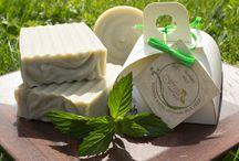 Naravna mila Freia / Naravna mila Freia so izdelana po tradicionalnem hladnem postopku.Za prijeten vonj poskrbijo 100% naravna eterična olja, za čudovito barvo pa zelišča, začimbe, alge, glina, čokolada in kava.Mila so bogata z vlažilnim glicerinom, ki nastane pri samem procesu izdelave.Mila ne vsebujejo živalskih maščob in niso preizkušena na živalih. Prav tako ne vsebujejo umetnih barvil, dišav, parabenov, mineralnih olj, natrijev lauril sulfata in drugih škodljivih snovi.