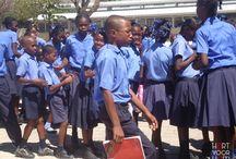 Naar school / Zowel in het kinderdorp als in Leogane heeft Stichting Hart voor Haïti een school opgezet. 53 procent van de Haïtianen kan niet lezen of schrijven, daarom is onderwijs enorm belangrijk. Bijna 700 kinderen gaan momenteel naar school op het kinderdorp, ook kinderen van buiten het dorp. In Leogane gaan bijna 300 kinderen naar school, in een gebouw dat in oktober 2013 mocht worden heropend. Alle leerkrachten hebben een lerarenopleiding gekregen en bieden christelijk onderwijs.