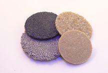 RESINE ET GRANULATS COLORES / Quelques échantillons représentatifs d'un mélange de résine et granulats colorés.pour la réalisation de sol ou plan de travail.