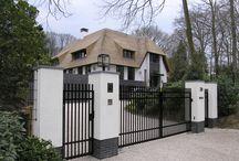 GvL_villa rietgedekt / Prachtige vrijstaande villa in Laren met stucwerk gevels in de kleur wit. Ranke kozijnen in de kleur fijn structuur zwart en een mooie rietenkap.