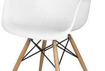 Cadeiras Charles e Ray Eames / Em design, uma simples peça de mobiliário pode exigir tanto trabalho quanto um ambiente inteiro. A cadeira, por exemplo, pode parecer uma peça simples e básica, mas todo mundo tem e precisa de uma.  Achamos por aí de todos os tamanhos, materiais e usos possíveis. Essa cadeiras foram idealizadas em décadas passadas, mas continuam atuais até hoje!  São trabalhos incríveis de peças que marcaram a história do design, que falam por si só o porque de continuarem tão atuais.