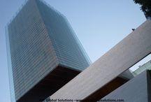 Torre Castelar de Madrid / Parece que vuela... y en realidad lo hace. Es la torre Castelar de Madrid. Situada en el Paseo de la Castellana, su increíble contrapicado es una de las estampas más desconocidas a la par que impactante de la ciudad. Puedes ver más reportajes como éste en nuestra web. Y si estás estudiando arquitectura, te ayudaremos con tu PFC: cálculos de estructuras pfc, instalaciones o tutorías. Te esperamos.