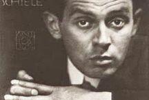 Egon Schiele / Egon Schiele è uno dei miei artisti preferiti. Le sue opere  sono profondamente psicologiche, sensuali, provocative, espressive, contorte ma allo stesso tempo armoniose. In sintesi lo adoro ♥. « Ho dipinto il letto della mia cella. In mezzo al grigio sporco delle coperte un'arancia brillante che mi ha portato V è l'unica luce che risplenda in questo spazio. La piccola macchia colorata mi ha fatto un bene indicibile. » ♥ Anaïs