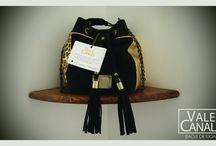 MARINERO GLAM VC / Marinero mediano. Manija cadena chanel, con hombrito de cuero, para al usar hombro y/o cruzada. Bolsillo interno de tela para celular y bolsillo interno con marco de cuero y cierre. MEDIDAS: 24 (Al) X 22 (An) X 22 (Prof). CM Aprox. HERRAJES DE FUNDICION: Bañados en oro o en bronce MATERIAL: 100% Cuero vacuno (Gamuza negra, Cuero Luxor oro y Cuero floater chita) TELA FORRO: Gabardina http://www.valecanale.com.ar/#!/producto/23  https://www.facebook.com/ValeCanaleBagsDesign @valecanalebags