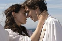 Marie Krøyer, 27. september 2012 / Marie Krøyer var gift med den store danske maler P.S. Krøyer. Historien starter på det tidspunkt i Marie og P.S. Krøyers ægteskab, hvor Krøyers sindssygdom tiltager, og deres drøm om et fælles kunstnerliv smuldrer og forvandles til frustration og sorg. For Maries vedkommende frustration over at være splittet mellem rollen som hustru, mor og kunstner og ikke at kunne få lov til at udtrykke sig gennem sin kunst.