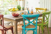 mesas y sillas pintadas