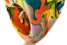 Pollock / Nesta coleção a sObral mostra que a pintura de ação evoca sentimentos e movimentos.   A sObral te convida  a perceber  o sentimento que o sabor e o perfume das cores imprimem no seu coração.  Assim de observador você vira autor deste devaneio mágico. Seja leve e aproveite a viagem! Pollock, Kline, Mothewell, Gorky, Hoffman, De Kooning e tantos outros abstracionistas são lembrados com respeito e louvor por sObral nesta coleção que bebe nas águas deste movimento
