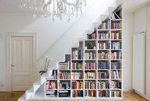 Könyvespolc - Réka / szerintem a lépcső vonalában, azaz egy része ferdén, majd plafonig menjen - ráfordulva a kandallóra