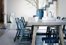 Houten tafels en stoelen