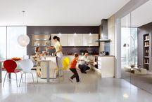 Kuchyně / Kuchyň je jednou z nejfrekventovanějších místností každé domácnosti. Přinášíme tipy na její vzhled, bohatou inspiraci vychytávek jak rozšířit pracovní i úložný prostor a zaostříme na nejrůznější její detaily.