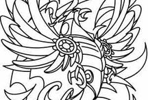 12 Simurg / Simurg veya Zümrüdü Anka efsanevi bir kuştur. Pers mitolojisi kaynaklı olsa da zamanla diğer Doğu mitoloji ve efsanelerinde de yer edinmiştir. Sênmurw (Pehlevi) ve Sîna-Mrû (Pâzand) diğer isimlerindendir. Ayrıca zaman zaman sadece Anka kuşu olarak da anıldığı olmuştur. Türk mitolojisinde karşılığı Tuğrul kuşu'dur. Mısır efsanesine göre üzerinde otuz çeşit kuşun rengi bulunur. İranlılar ise Simurg ( Otuz Kuş ) olarak adlandırırlar. Gözle görülmeyecek kadar yükseklerde uçar ve Kaf Dağı'nda yaşar.