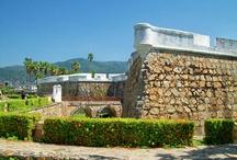 Acapulco / Acapulco es una ciudad mágica que encanta a los visitantes y a los residentes por igual. Su arquitectura ultra moderna que se funde perfectamente con una playa tropical de superior belleza la hace un destino que bien vale la pena experimentar.