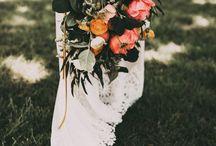 lieve bruidsboeketten / Ik vind het bruidsboeket een belangrijk element op de mooiste dag van je leven. Want bloemen geven zoveel sfeer. En hoe mooi is het als de bloemen/ de sfeer uit je boeket terug komen in de styling van je locaties.   Wil je weten van welke boeketten ik droom?    Bruidsboeket   Bloemwerk   Bruiloft   Bruid   Bloemen  