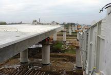 Trasa S-5 - faza zasadnicza realizacji wiaduktu / Faza zasadnicza realizacji wiaduktu w ciągu trasy S-5, wykonywanego metodą nasuwania podłużnego. W celu przyspieszenia prac zbrojenie dla tego etapu przygotowywane jest wcześniej na specjalnym stanowisku do prefabrykacji, z którego następnie przeciągane jest do wytwórni (stanowiska nasuwania). W drugim takcie betonowana jest płyta jezdna segmentu. Kolejny etapem jest wypchniecie elementu i jego sprężenie. W przypadku tej realizacji wykonane segmenty nasuwane są za pomocą pompy kroczącej.