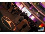 W siedzibie Mercedes-Benz Polska  / Firma Mercedes-Benz Polska zorganizowała spotkanie ze swoimi przedstawicielami autoryzowanych serwisów aut w warszawskiej siedzibie spółki. PRO4MEDIA zapewniła oprawę multimedialną tego wydarzenia. Na scenie stanął ekran 6x3m Stumpfl, delikatnie wygięty po łuku. Zaświeciliśmy na niego projektorem Christie HD10K-M o jasności 10 000 lumenów.