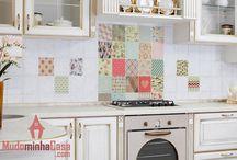Adesivos para Cozinha / Decoração de Cozinha toda branquinha é coisa do passado. Esta coleção de adesivos de parede e decoração apresenta soluções para tirar sua cozinha da mesmice e transformá-la em um cômodo moderno. Elementos tradicionais, como o pinguim de geladeira, viraram adesivos de parede criativos e que impressionam. Os adesivos também são ideais para decoração de bares e restaurantes. Com certeza vão deixar os clientes de queixo caído.