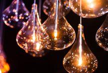 Szerencsés géniuszok / Mindenki lehet a saját kis világának a feltalálója, amikor sajátos megoldást alkalmaz problémáinak a megoldására. De mit tudnak azok az emberek, akik az emberiség szempontjából valami maradandót és fontosat alkotnak? Mi hajtja ezeket az embereket: az elapadhatatlan kíváncsiság, az örökös elmélkedés, vagy éppen a játékosságuk vezeti őket sikerhez? Hatalmas koponyák vagy a szerencsés véletlen kegyeltjei?