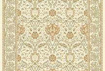 Tappeti classici Shiraz / I tappeti classici Shiraz destinati a durare nel tempo, sono molto robusti grazie alla tessitura con telaio in trama e ordito che tesse 500.000 punti al mq, e diventano 1.000.000 dopo la la loro cimatura. Questi tappeti sono in grado di sopportare un grande passaggio e possono anche essere collocati in aree con il traffico intenso di un albergo. Per esempio, come tappeto da soggiorno o come tappeto da camera da letto, in una casa potrebbero mantenersi in perfetta forma per decenni.