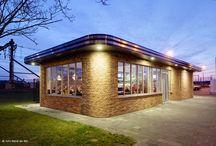 cafetaria van ruyven / Het ontwerp voor Cafetaria van Ruyven te Maassluis, met de uitstraling van een diner-paviljoen, is gebaseerd op een hedendaagse combinatie van Amerikaanse 50er jaren diners en de Amsterdamse school uit de jaren '30