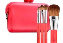 Maquillaje en rojo / Maquillaje en tonos rojo, maquillaje rojo, cosméticos rojos, productos de belleza de color rojo.