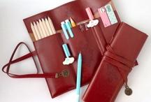 K&B - Bags and pencilbags / De uitkomst voor al die losse pennen in je tas. Op school had ik altijd een etui, en sindskort heb ik hem herontdekt. Handig tussen alle andere dingen die je als moeder meedraagt in je tas. Altijd een pen, potlood en notitieboekje bij de hand!