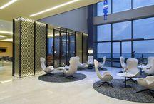 """Hilton Garden Inn / Trabzon / Koleksiyon """"yüksek kalitede mobilya mimarisi""""ni yaratmak üzere, fikirleri, standartları, tasarım konseptlerini bir araya getiren, kırk yılı aşkın deneyimle edindiği yaygın itibara sahip bir şirketler grubudur. Koleksiyon, 70'li yıllardan itibaren, çizgiyi tasarıma dönüştüren, kalitenin tasarımını yaratan bir marka olarak Türk mobilya sektöründe varlığını sürdürmekte ve tasarımı endüstrinin hizmetine sunmaktadır."""