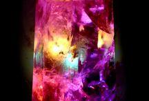 Cristales,Minerales, Gemas / Las piedras preciosas naturales o gemas, se originaron a grandes profundidades en la tierra, hace miles de millones de años, en condiciones extremas de presión y temperatura, a las cuales, los minerales se derriten hasta ser un líquido en ebullición.  Según las condiciones de enfriamiento, los átomos de estos materiales se ordenan de diferentes modos formando los cristales, de los materiales que conocemos como gemas naturales, piedras preciosas o semipreciosas. / by María Rodríguez Reyes