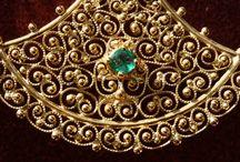 Gioielli artigianali prodotti dalla Meli Gioielli di Firenze con la tecnica del madrevitato etrusco.