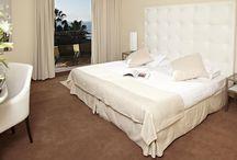 Luxury  / chambres deluxe fraichement décorées vous proposent une atmosphère de repos et intimité, : l' élégance et le design de la tête de lit et du fauteuil en cuir blanc se marient aux teintes gourmandes et chaleureuses: le chocolat, le beige et l'organza…  La sobriété du mobilier de marbre et d'aluminium : le blanc, l'acier, l'ancien et le moderne se côtoient dans un mélange subtil et réussi.