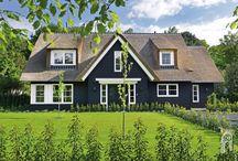 Z-Wonen Landhuis / Landhuis met natuurlijke uitstraling! Een vrijstaand huis met een grote tuin tegen een bosrand.  Met zwarte gepotdekselde houten gevels en rieten kap.