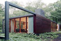 Modulando una idea / Inspirado en los refugios de montaña, esta casa modular de diseño situada en pleno bosque, nos muestra como parte de su estructura metálica se luce fuera de la vivienda.