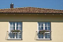 Doppeltes Wohnglück auf einem Grundstück / Viele gute Gründe sprechen für den Bau eines Doppelhauses. Man wohnt in unmittelbarer Nähe seiner Freunde oder Familie und spart beim Hausbau bares Geld. Das dachten sich auch die Bauherren dieser beiden Bungalows und erfüllten sich mit WeberHaus ihren Traum von einem Doppelhaus im mediterranen Stil.