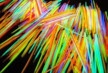 Fluo by Fete.fr - Orison / Articles de fête : ballon, confettis, artifice, carnaval, mariage, baptème, anniversaire, soirée....  Bracelet, collier, big stick, mini stick, oreille de lapin, lunettes