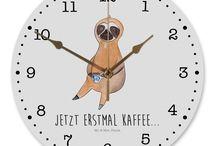 Faultier - Kollektion / Diese wunderschöne Uhr von  Mr. & Mrs. Panda wird liebeveoll in unserem Hause bedruckt und an sie versendet. Sie ist das perfekte Geschenk für kleine und große Kinder, Weltenbummler und Naturliebhaber. Sie hat eine Grösse von 30 cm und ein absolut lautloses Uhrwerk.
